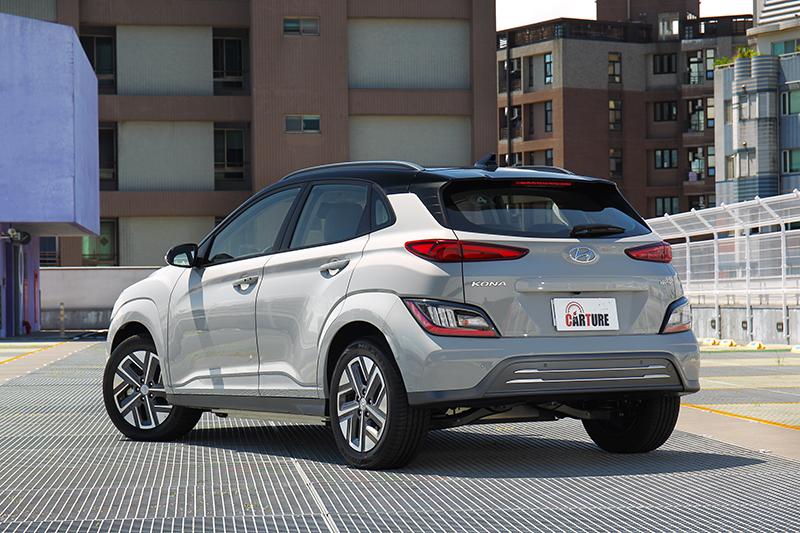 車側採與車身同色的輪拱搭配,Two-Tone車體配色也讓外觀看起來更為活潑