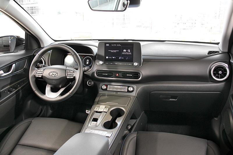 車艙大致上延續小改款後的配置模式,數位儀表、抬頭顯示、無線充電功能皆備