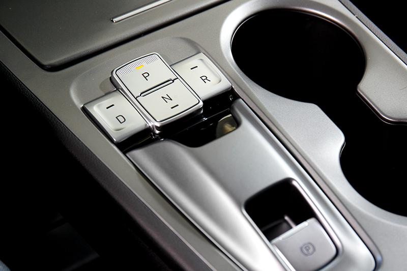 改用線傳的檔位選擇系統不僅增添駕馭電動車的獨有體驗,亦讓中控台的視覺感受更為簡約