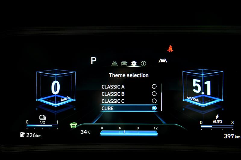 儀表主題也比油車多了Cube選項
