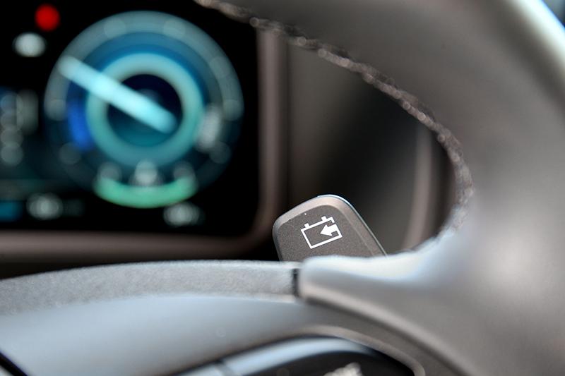 透過方向盤後方撥片可調整PDS動能再生制動系統的回收力道