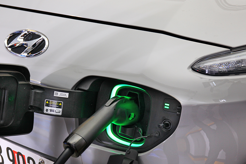 充電時插座周圍會以閃爍的綠燈狀態顯示