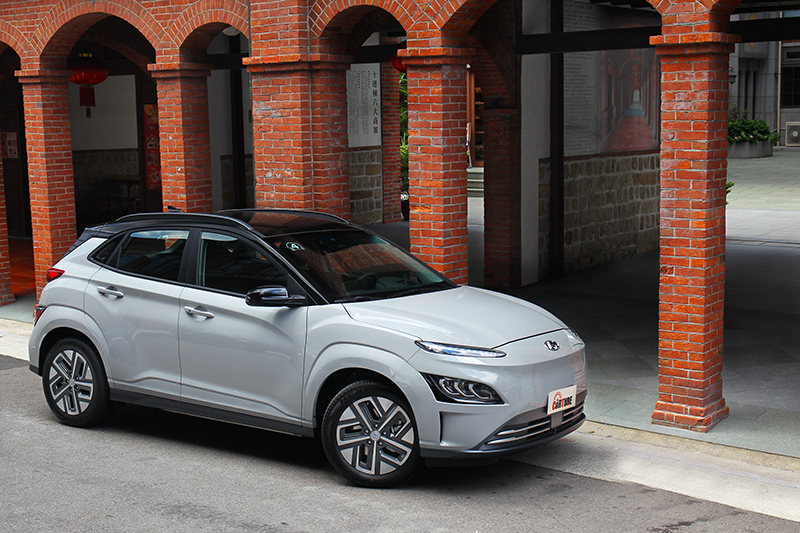 Kona EV雖然車價較高,但較低的使用成本、保養費用與稅金,長期使用反而更為划算!