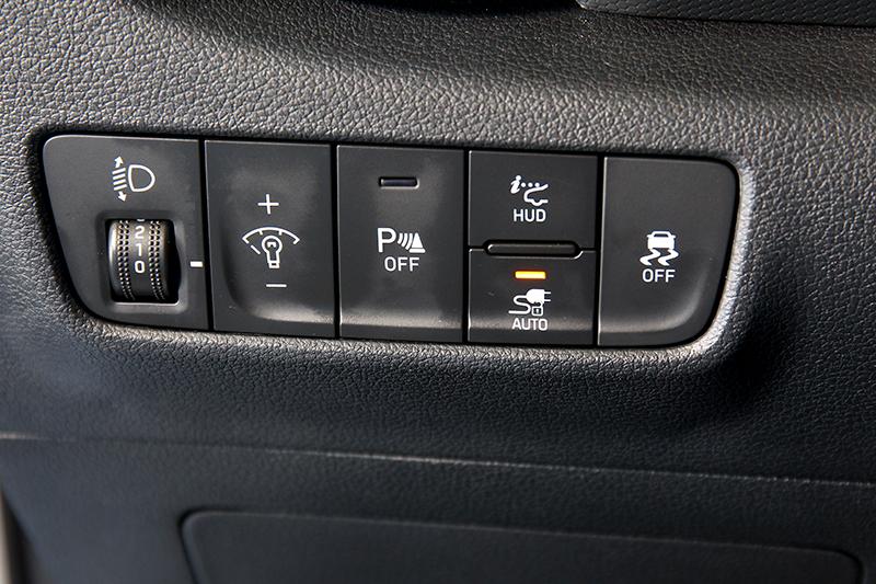駕駛左側出風口下方多了一個AUTO按鍵,為的是在充電過程中防止別人拔掉插頭所做的防護措施