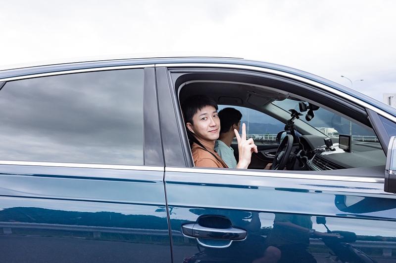【車勢星聞】《全明星觀察中》節目中林敬倫上路學開車,後座全員都有繫上安全帶是最佳的優良示範。(圖:好看娛樂提供)