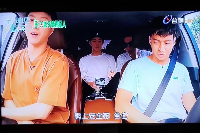 【車勢星聞】《全明星觀察中》節目中林敬倫上路學開車,後座全員都有繫上安全帶是最佳的優良示範。(圖:翻攝自台視)