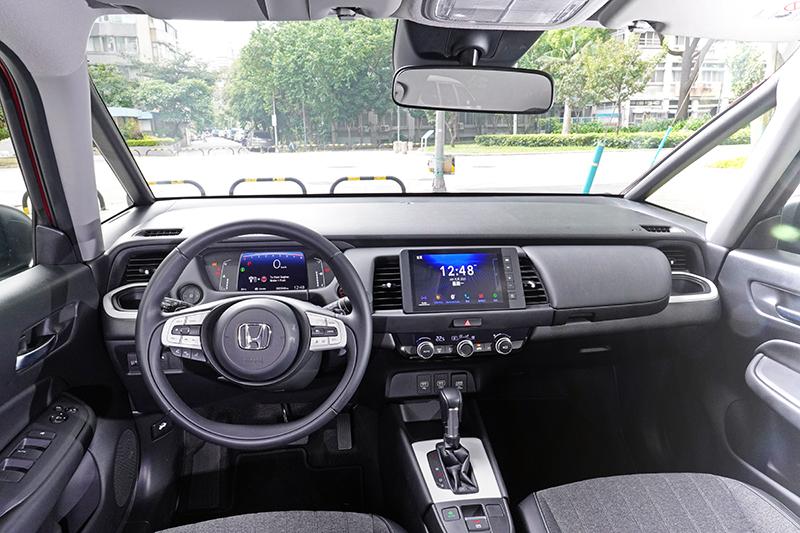 平整化的中控台設計創造極佳的視野,且仍舊提供高度的資訊辨識性。雙輻式方向盤則是與Honda e電動車相同。