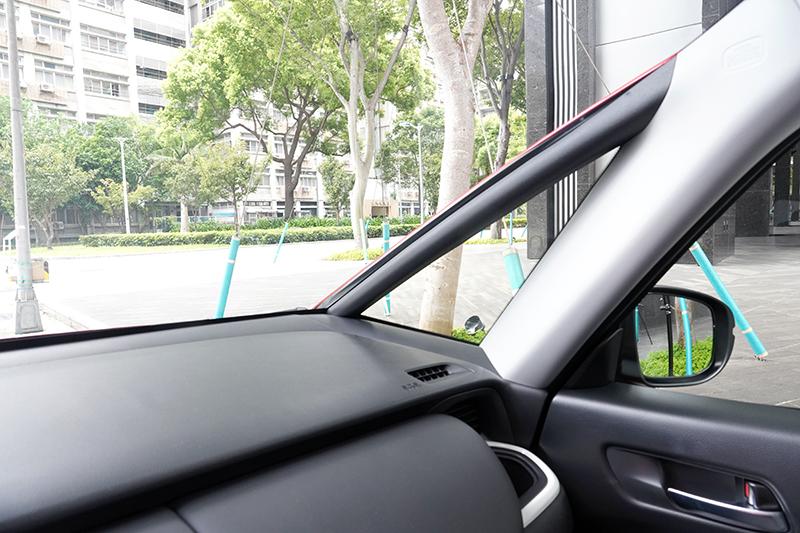 向前延展的三角窗大幅提升兩側視野,對行車安全與判位有極大的幫助。