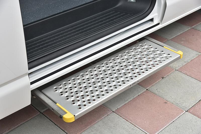 T6.1 Kombi IPC亦可配置車側電動收折腳踏板,便利長者或行動不便者得以更輕鬆進入車艙之中。