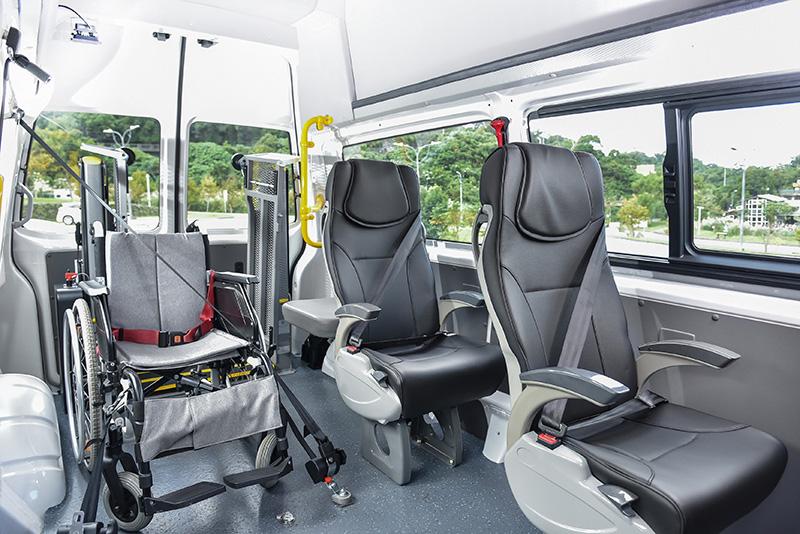 T6.1 Kombi IPC高頂長軸車型內部空間更寬敞也更高聳,照護人員無需彎腰即能推送輪椅入內並舒適執行照護工作。