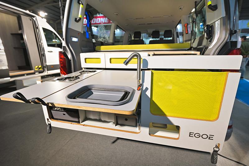 卸下斜坡板後可裝上歐洲原裝進口的EGOE露營套組,上層睡眠區域提供雙人舒適躺臥空間,下層則具備洗滌槽與儲物機能。