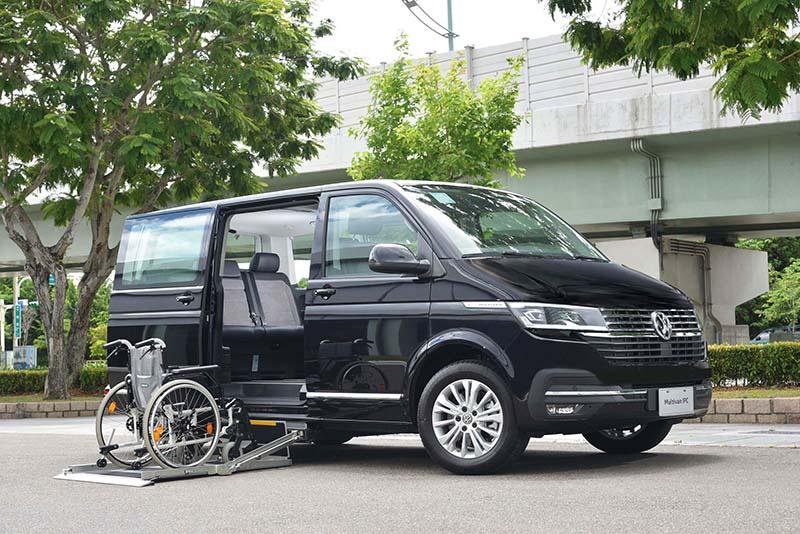 貴為車系旗艦的T6.1 Multivan IPC採取車側電動升降底板設計,搭配尊榮車格相得益彰。