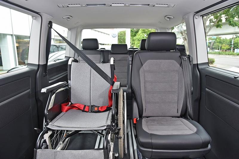 T6.1 Multivan IPC的輪椅區位於右後座尊位,長者與行動不便者乘坐其中更顯禮遇敬重。
