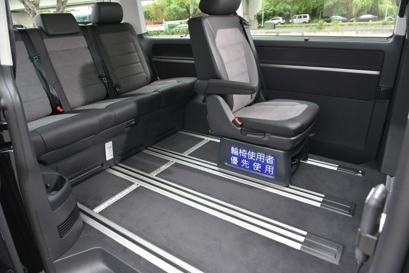 座艙內依舊保有T6.1 Multivan的細膩質感與豪華配置,對應層峰買家或企業客戶同時兼顧隱私、機能與大氣。