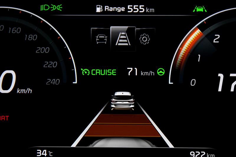 智慧巡航控制與進階型車道維持提供Level 2半自動駕駛。