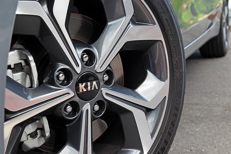 配備17吋輪圈,規格若能大一吋會更好。