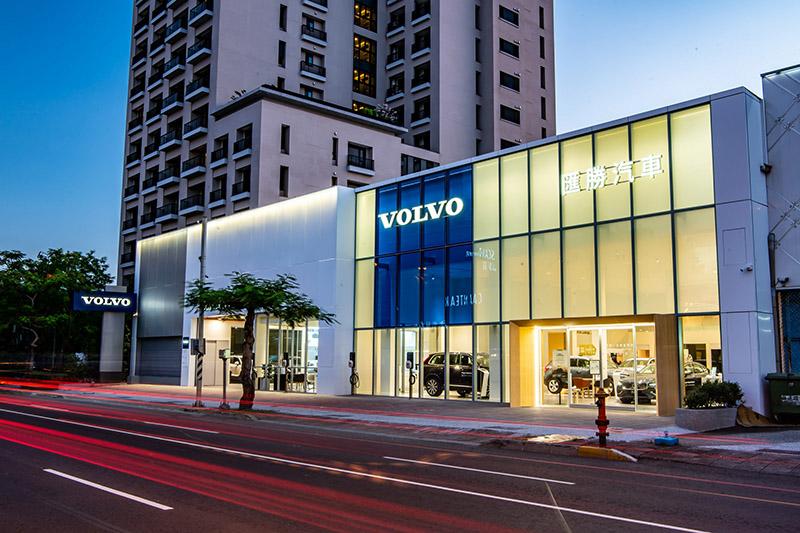 國際富豪汽車為全力提升服務,與匯豐汽車集團合作聯袂打造 Volvo 匯勝汽車中華展示暨服務中心,成為台南地區第二個Volvo 銷售服務據點,一展品牌經營決心與對南台灣消費客群的重視,為雲嘉南市場挹注嶄新服務能量。