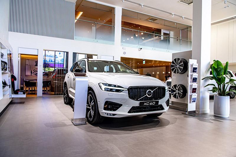Volvo 匯勝汽車中華展示暨服務中心室內面積 800 坪,挑高 5.4米,導入瑞典原廠 Volvo Retail Experience 5.0 (VRE 5.0) 規格,營造如同「家」一般自在舒適的賞車空間,並用徜徉北歐徐徐慢活時光般的沉浸式五感服務,為台南地區帶來精緻多元且獨樹一格的尊榮體驗。