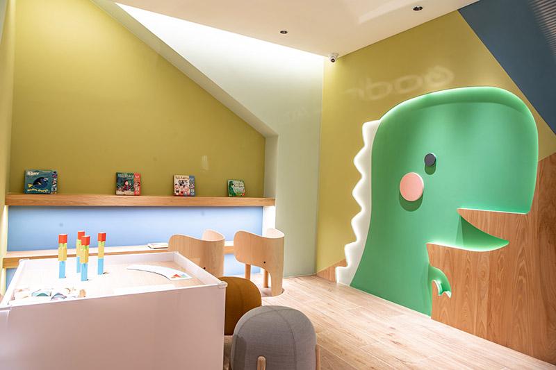兒童遊戲區則備有法國 Janod 精品益智玩具,無毒積木可以激發幼兒的創意想像,為賞車的家庭客戶提供小朋友放電空間。