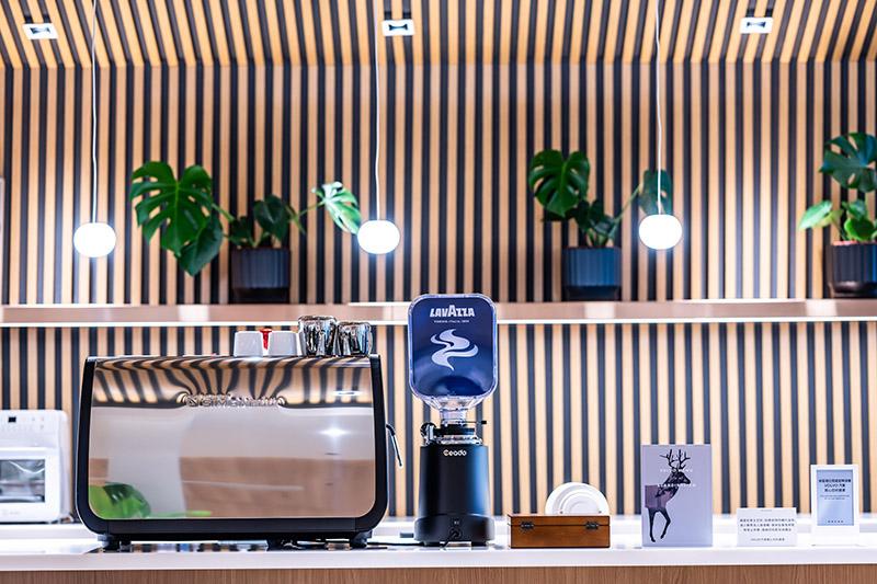 所有來店貴賓還可享用全球第三大咖啡烘焙商 LAVAZZA 咖啡,Top Class 頂級義式咖啡與 Gran Espresso 濃郁風味咖啡任君挑選。