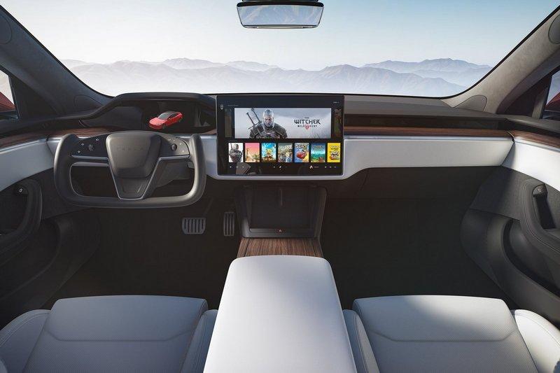 在消費者報告中,Model S新穎的方向盤實際使用不僅要適應設計邏輯,且轉向時也相當不順手。