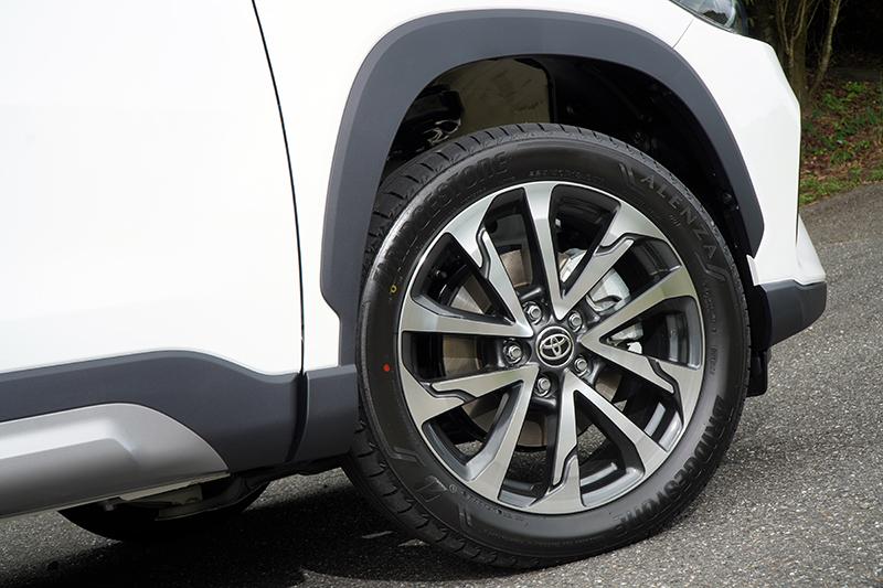 造型更為複雜的18吋多幅式輪圈亦能有效強化側邊的動感氛圍