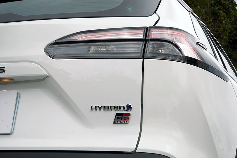 尾燈置換為透明且燻黑處理的樣式,搭配一旁GR字樣徽飾帶出其獨特身分
