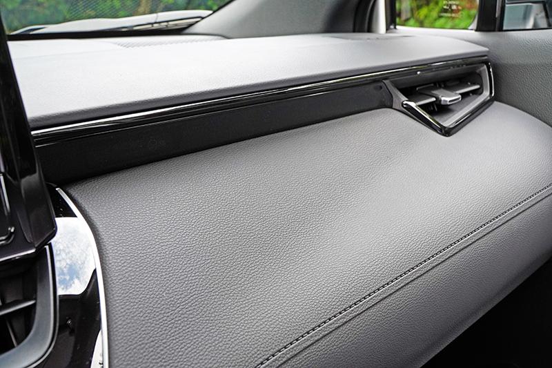 透過選配可將儀表冷氣出風口與中央鞍座飾板更換為黑色鋼琴烤漆式樣