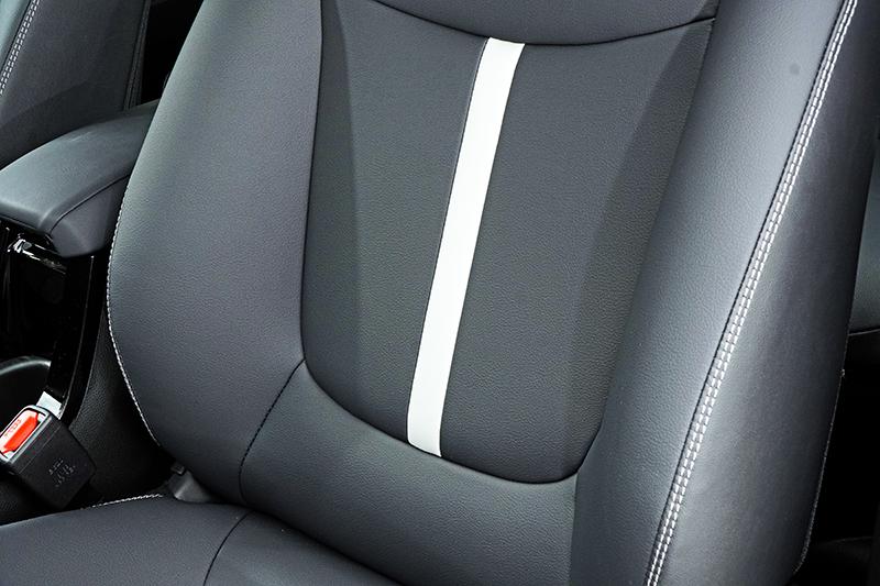 椅背上亦加入白色條紋來強化整體的活潑調性