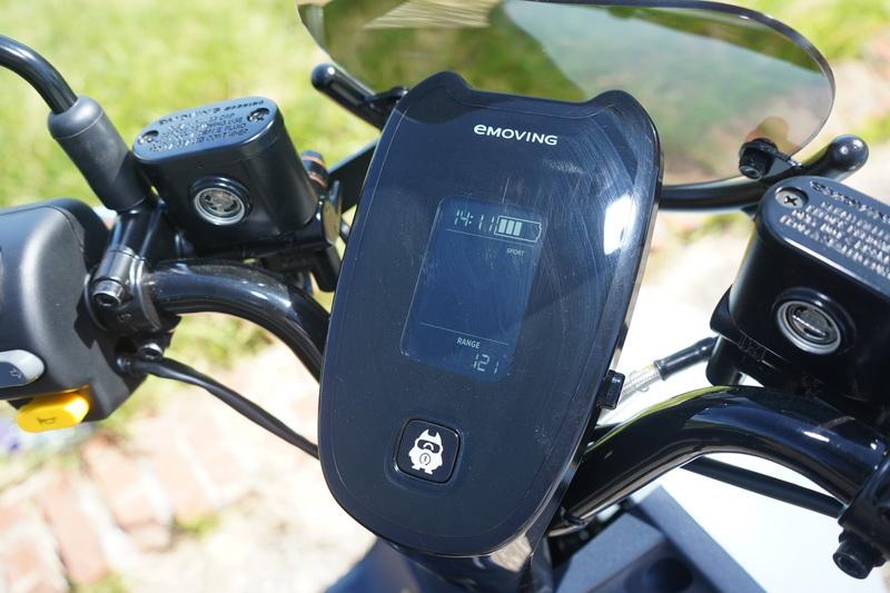資訊儀提供的資訊相當簡單,主要有車速、電量、時間、剩餘行駛里程