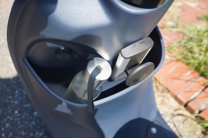 腳踏板上方留有可置放兩杯外帶杯的置物空間