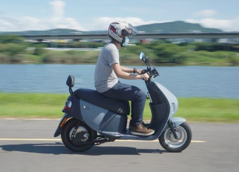 油門一轉隨即爆發的大扭力讓起步加速相當直接,輕輕鬆鬆就到了50 km/h的極速狀態