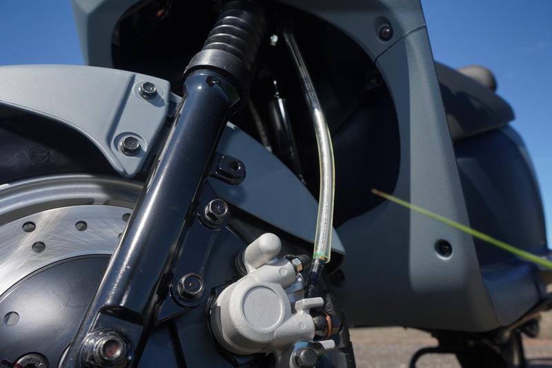 EZ1採用的是前後雙碟煞系統,而且配置的是200mm碟盤與金屬油管