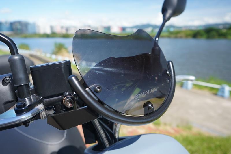 原廠貼心配件套組3:e-mu造型專屬風鏡,9月底前購車即免費贈送