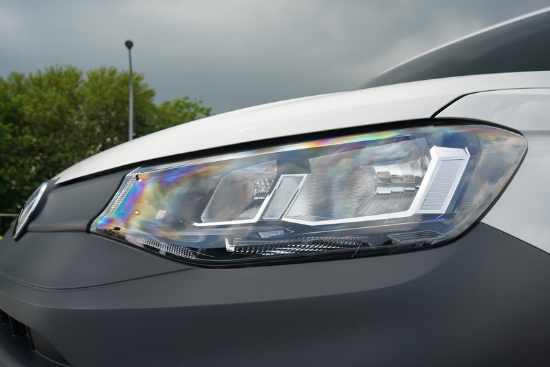 Caddy Cargo頭燈採用易於保養的鹵素光緣,科技感受上則略遜一籌