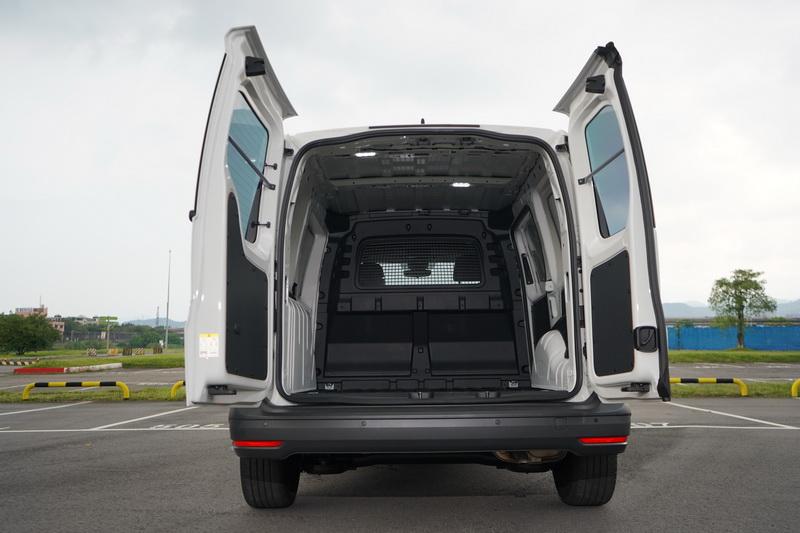 Caddy Cargo長、短軸的尾門採不同開啟方式,短軸為上掀式長軸為左右對開式