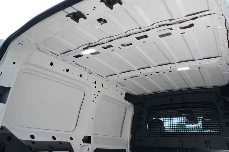 為了盡量騰出置物空間,後艙所有的隔音材、內飾板皆已移除