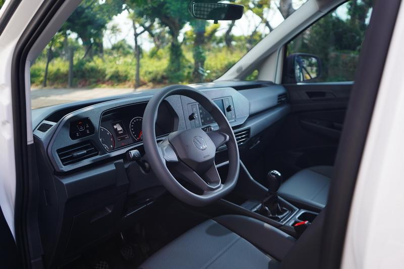駕駛艙鋪陳猶如簡配版的Caddy Maxi,但觸控式燈光開關與6.5吋觸控中控螢幕依舊保留