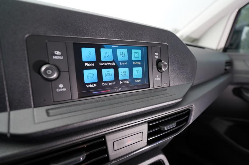 6.5吋觸控中控螢幕將空調實體按鍵整合其中,操作起來習慣就好
