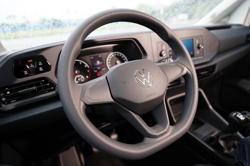 方向盤上可控制音量及操作選單的多功能按鍵,還有駕駛輔助系統按鍵已不復見