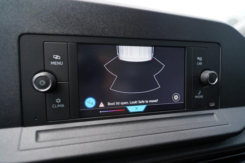 倒車時僅有雷達距離偵測,若能換上攝影鏡頭作為輔助會是更好的選項