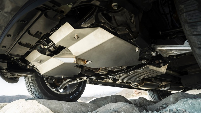 配備防護底板避免油箱與油底殼受到傷害。