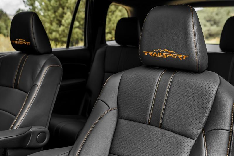 座艙並無更動座椅則繡上Trailsport字樣。