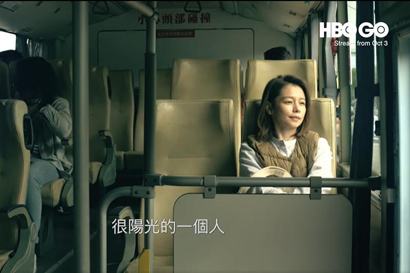 【車勢星聞】徐若瑄公車上內心戲卡關,何潤東耳邊輕聲指導情緒潰堤。(圖:翻攝自HBO)