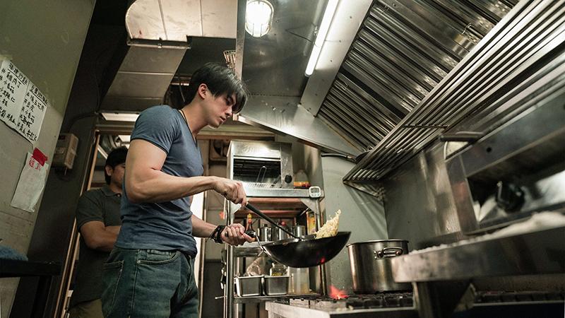 【車勢星聞】林哲熹在電影《青春弒戀》中飾演的小張從跑船廚師重回家鄉。(圖:電影《青春弒戀》提供)