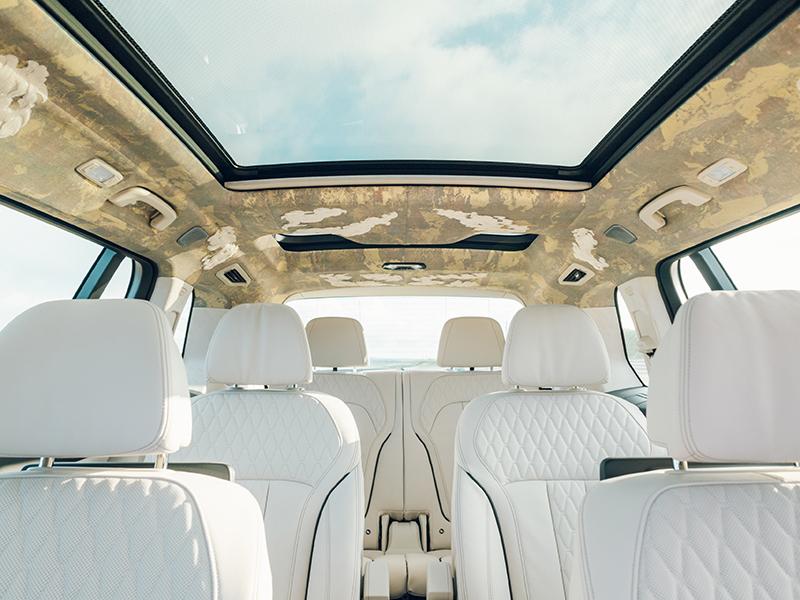 BMW公布的展示車整個車內頂篷都用上了「西陣織」包覆,但僅為展示用,前文已提到實際販售的車輛會是使用白色Alcantara材質包覆。