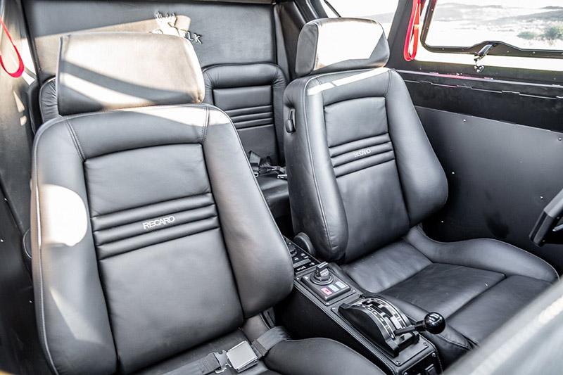 進入座艙,配置不輸豪華車,印入眼簾的是前座兩張具有加熱與通風功能的真皮Recara座椅。