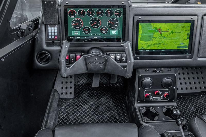 中控台配置兩具12吋Garmin製多功能觸控液晶螢幕。