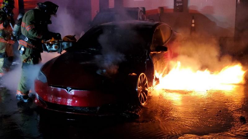 日前Model S在美國Marietta服務中心起火自燃。