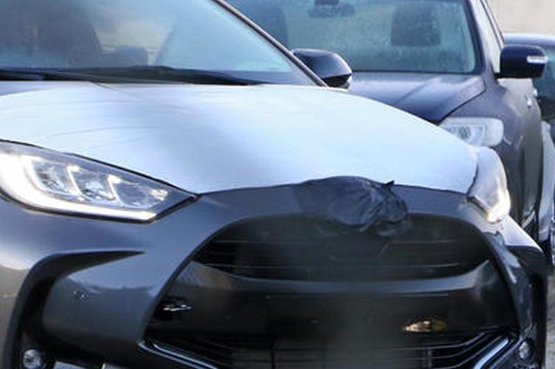 很明顯偽裝測試車是Yaris,但遮蔽的Logo卻露出Mazda輪廓,所以這會是新Mazda 2?